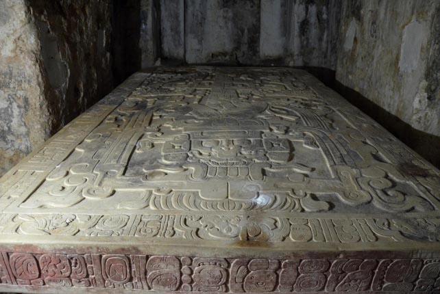 入口から見たパレンケの石棺