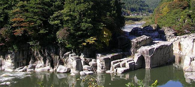長野県の名勝地「寝覚の床」