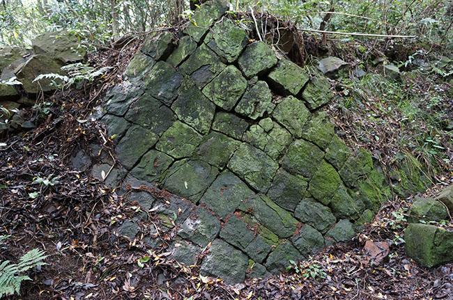 和歌山県の由良要塞(加太・深山地区)にある節理
