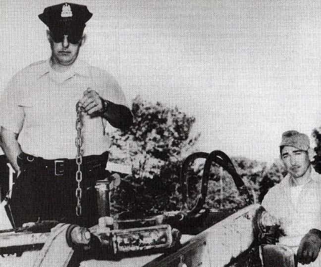 地元警官のジェイムズ・ジョンストーンが落ちてきたチェーンを確認しているところ